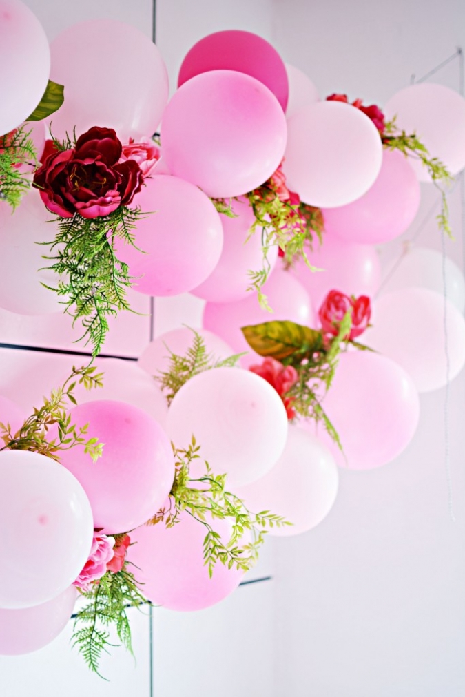 Diy balloon flower garland little inspiration for Bed decoration with flowers and balloons
